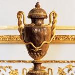 Paire de vases en bois pétrifié à monture de bronze doré, vers 1780, ancienne collection de la reine Marie-Antoinette, Paris, Musée Nissim de Camondo.