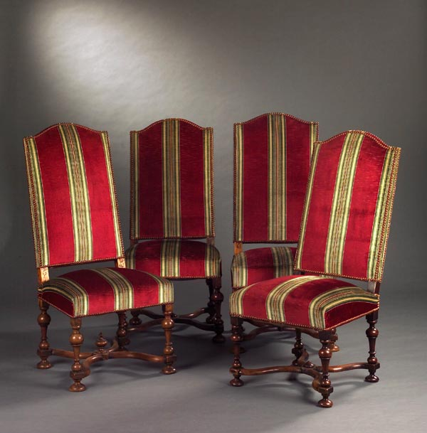 Suite De Quatre Chaises Dos Louis XIV Noyer Naturel Moulur Et Sculpt