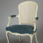 Large fauteuil Louis XV en cabriolet , hêtre mouluré, laqué et rechampi, 93 (hauteur ; celle de l'assise : 44) x 58 (largeur entre les nez d'accotoirs) x 49 cm (profondeur), Paris, ca 1765.