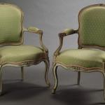 Paire de fauteuils Louis XV en cabriolet, hêtre mouluré, sculpté, laqué et rechampi, Paris, attribués à Georges JACOB (1739-1814, maître en 1765), ca 1765.