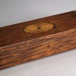 Grand coffret, acajou, citronnier et laiton, 14,5 (hauteur) x 75,5 (largeur) x 26,5 cm (profondeur), Angleterre, premier quart du XIXe siècle.