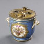 Encrier en porcelaine peinte, porcelaine à décor polychrome et or, 11 cm de hauteur, 13 cm de diamètre (sans les prises latérales), Paris, Louis-Philippe, ca 1840.