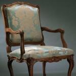 Grand fauteuil Louis XV à la reine, Allemagne, hêtre naturel mouluré et sculpté, 103 (hauteur ; celle de l'assise : 40), 65 (largeur ; celle de l'assise entre les nez d'accotoirs : 34), 60 cm (profondeur), ca 1755.