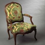 Fauteuil Louis XV à la reine, hêtre naturel, mouluré et sculpté, 93 (hauteur ; celle de l'assise : 39) x 63 (largeur ; celle de l'assise entre les nez d'accotoirs : 52) x 57 (profondeur ; celle de l'assise : 49 cm), Paris, ca 1765.