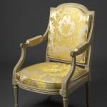 Fauteuil Louis XVI à la reine, hêtre mouluré et relaqué blanc de roi, 98 (hauteur ; hauteur de l'assise : 40) x 62 (largeur ; largeur entre les nez d'accotoirs : 54) x 48 cm (profondeur de l'assise), Paris, ca 1780.