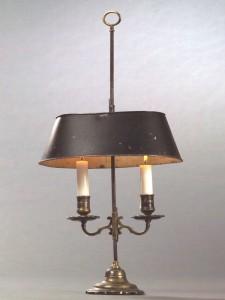 Flambeau couvert Louis XV à deux bras de lumière, bronze argenté, acier et tôle de fer peinte, 56,5 cm (hauteur) - 28,5 cm (largeur de l'abat-jour réflecteur), France, époque Louis XV, troisième quart du XVIIIe siècle.