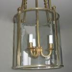 Lanterne de vestibule Louis XVI à trois lumières, bronze doré, 76 cm x 35 cm, ca 1790.