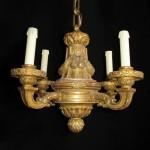Lustre de style Louis XVI à quatre lumières, bois doré, 33 (hauteur) x 47 cm (diamètre), France, fin du XIXe siècle.
