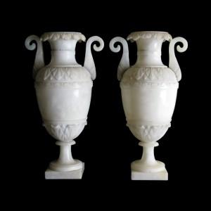 Paire de vases à l'antique, albâtre taillé et sculpté, 30 cm (hauteur), Italie, vers 1830.