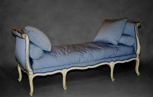 """""""Turquoise"""" ou """"Ottomane"""" Louis XV, hêtre mouluré, sculpté, laqué et rechampi, 86 cm (hauteur ; hauteur de l'assise sous le coussin : 35 cm) x 185 cm (largeur) x 75 cm (profondeur), Paris, Louis XV, ca 1760."""