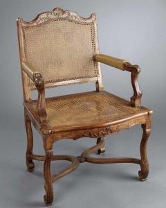 Fauteuil Régence canné, hêtre naturel sculpté, 94,5 (hauteur de l'assise : 44 cm) x 64 (largeur entre les nez d'accotoirs : 52) x 48,5 cm (profondeur de l'assise), Paris, ca 1720.